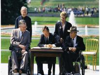 Image of world leaders signing ADA in 1990